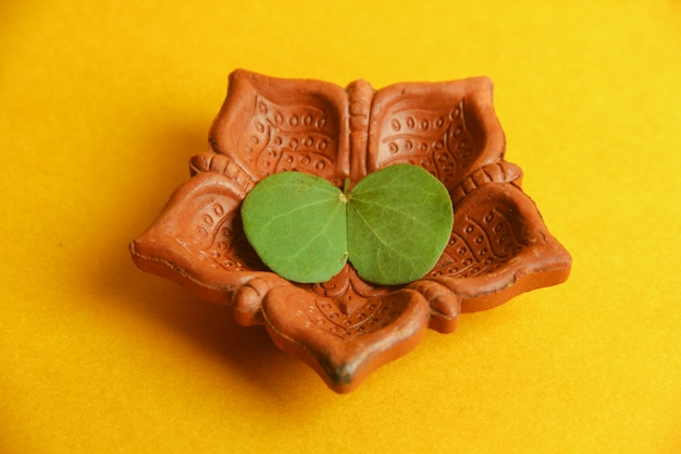 Cartão dussehra feliz, folha verde e arroz