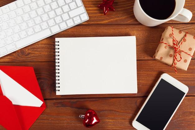 Cartão e caixa de presente na mesa de escritório