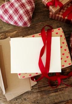 Cartão e envelope com presente