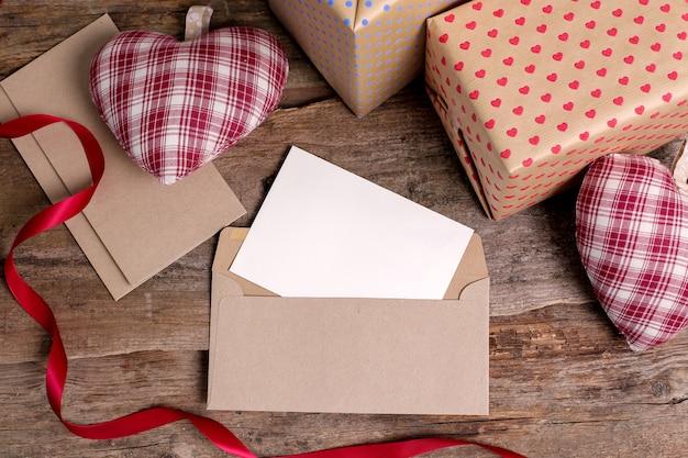 Cartão e envelope com presentes