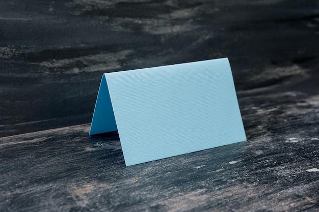 Cartão em branco azul na mesa