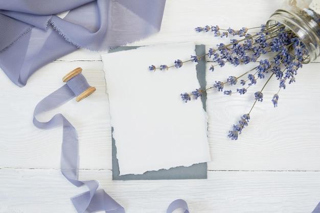 Cartão em branco branco com flores de lavanda