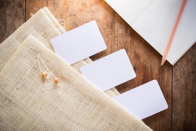 Cartão em branco, caderno com lápis