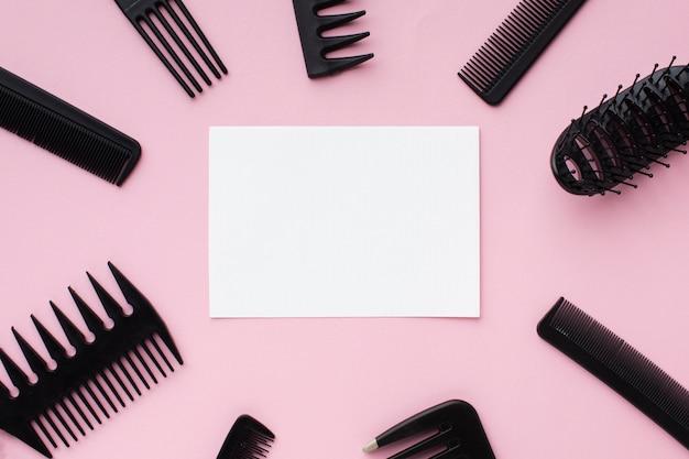 Cartão em branco cercado por ferramentas de cabeleireiro