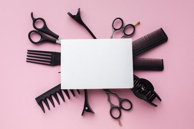 Cartão em branco cercado por ferramentas de cabelo