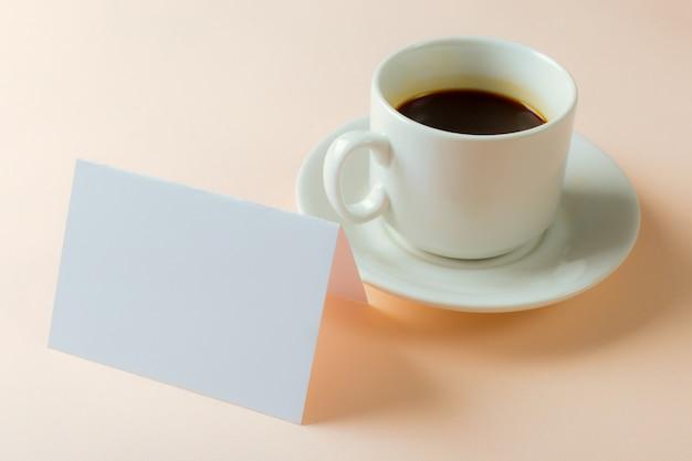 Cartão em branco com copo de café