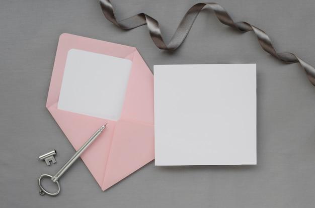 Cartão em branco com envelope