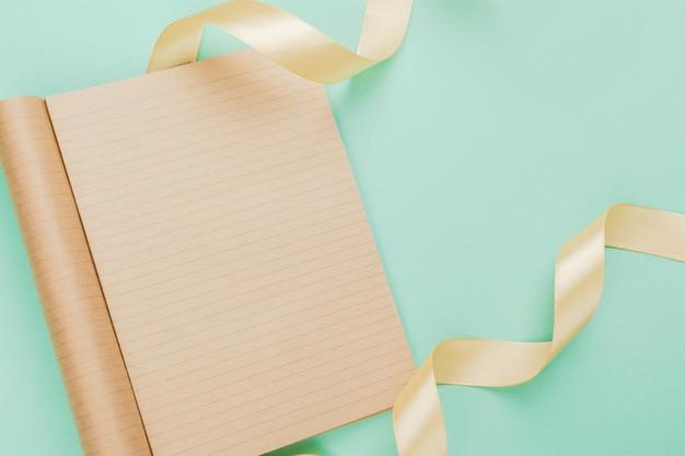 Cartão em branco com fita