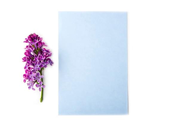 Cartão em branco com flores lilás