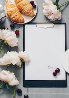 Cartão em branco com flores