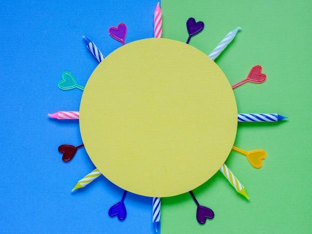 Cartão em branco com itens coloridos de festa em um fundo colorido