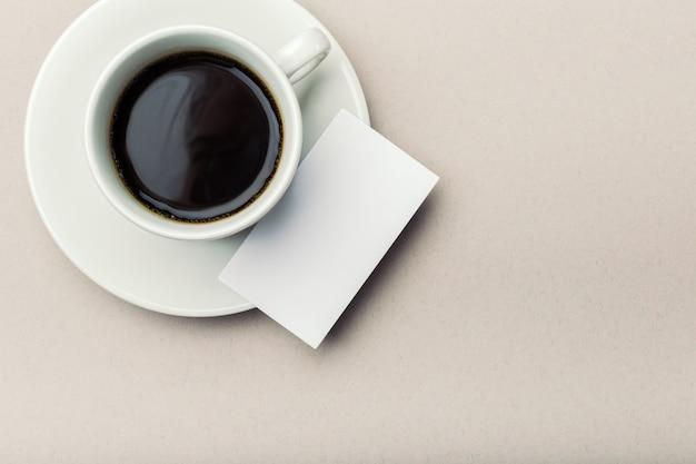 Cartão em branco com uma xícara de café