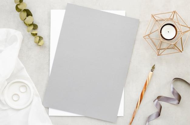 Cartão em branco e alianças