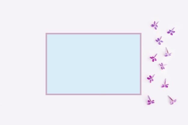Cartão em branco em uma moldura com flores lilás