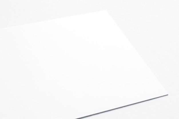 Cartão em branco isolado no branco. a vista próxima 3d rende.