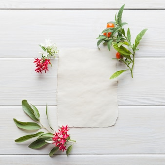Cartão em branco no arranjo com flores