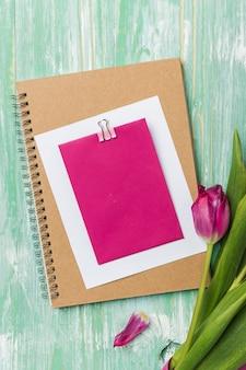 Cartão em branco no caderno plana leigos