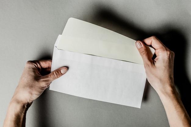 Cartão em branco no envelope branco