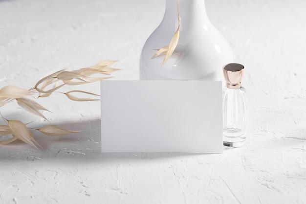 Cartão em branco ou nota com plantas secas, flor e perfume