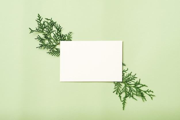 Cartão em branco ou nota de papel com decoração de zimbro.
