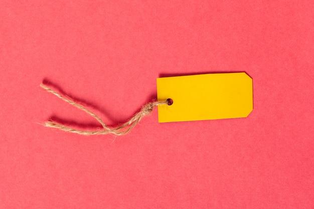 Cartão em branco ou tag no fundo rosa