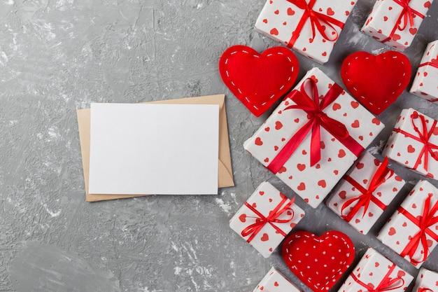 Cartão em branco, presentes com fita e têxtil corações