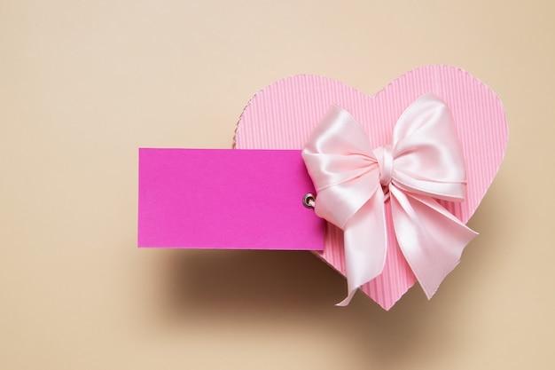 Cartão em branco rosa com caixa de presente em forma de coração