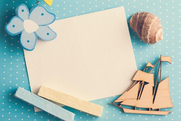 Cartão em branco sobre fundo azul com barco