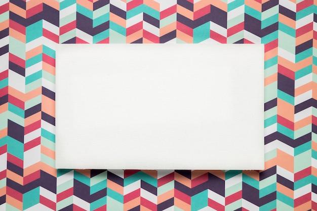 Cartão em branco sobre fundo colorido