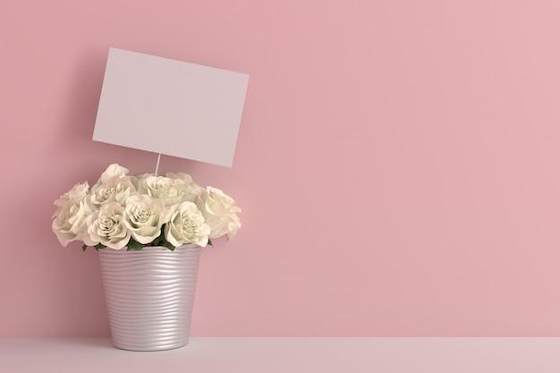 Cartão em branco vazio com rosa branca em um quarto rosa