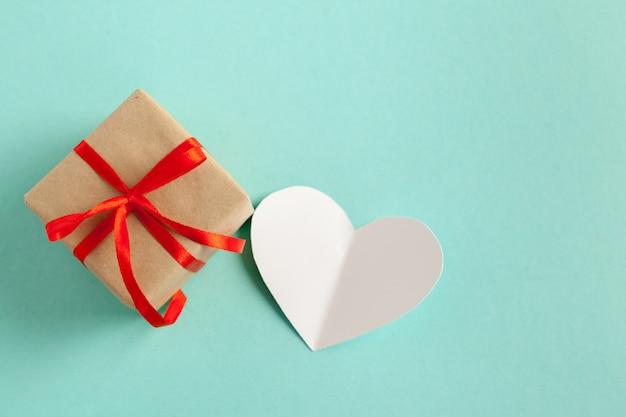 Cartão em forma de coração e presente