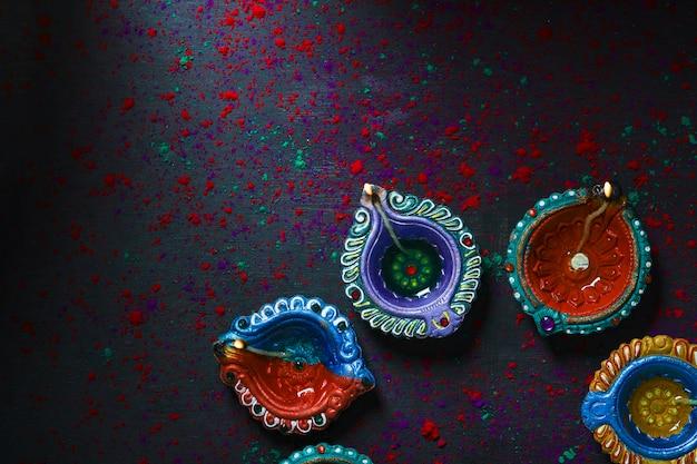 Cartão feliz diwali ou deepavali feliz feito com uma fotografia de diya ou lâmpada a óleo