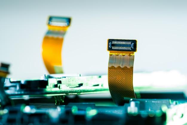 Cartão flexível flexível para smartphone em cima da mesa em reparo, telefones com chipset, eletrônicos