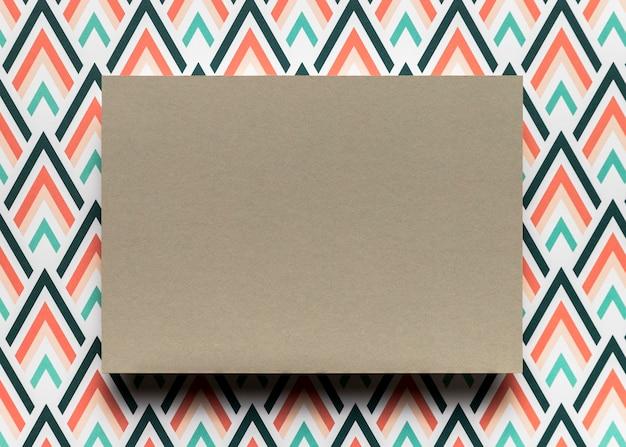 Cartão marrom no fundo colorido