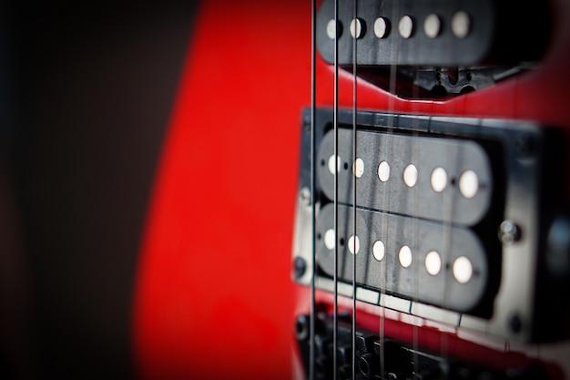 Cartão musical dos raios de sol da guitarra elétrica do close-up. instrumento de cordas musical.