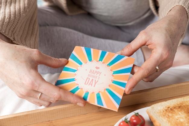 Cartão na bandeja com brunch