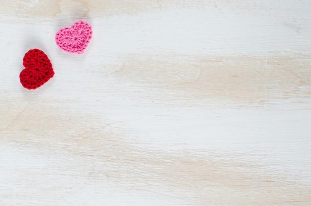 Cartão para dia dos namorados com corações vermelhos
