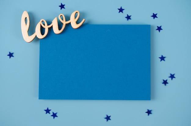 Cartão para dia dos pais ou dia do avô. cartão em branco e inscrição amor sobre fundo azul.