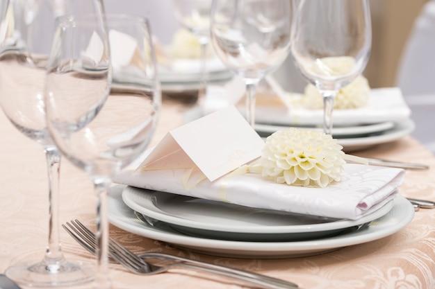 Cartão para o nome da mesa, decoração no restaurante para um banquete de casamento