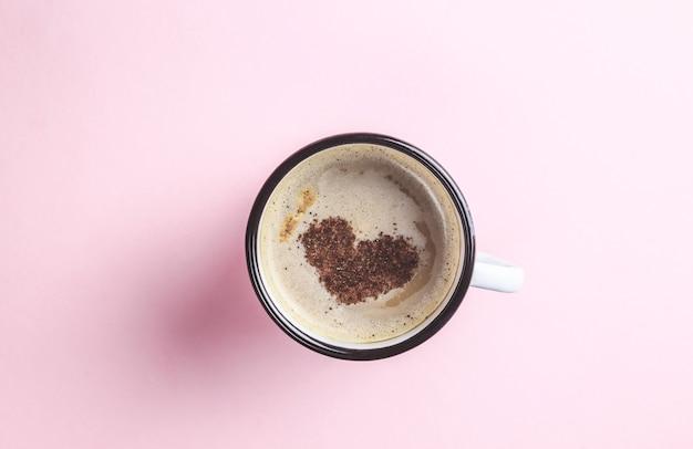 Cartão para uma xícara de café de dia dos namorados com o símbolo da forma de coração rosa