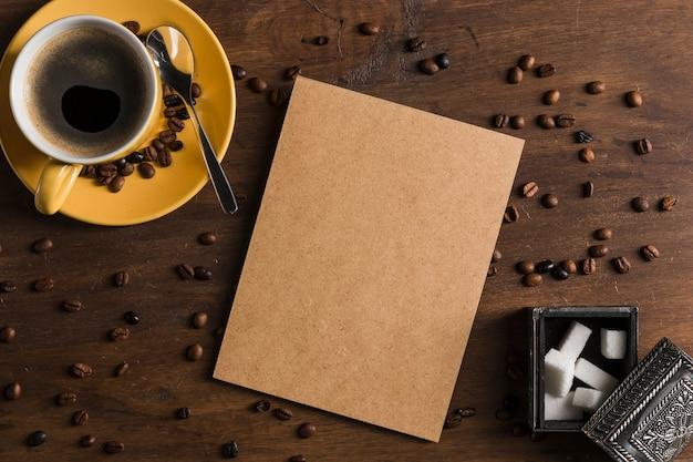 Cartão perto de xícara e caixa de açúcar