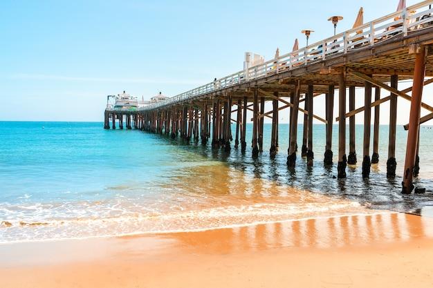 Cartão postal da califórnia no cais da praia de malibu Foto Premium