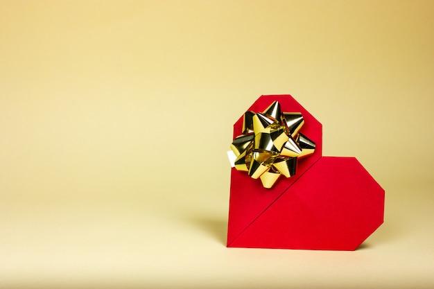 Cartão postal em forma de um coração vermelho em um fundo amarelo. saudações de feliz dia dos namorados.