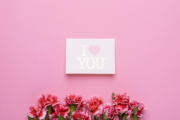 Cartão postal eu te amo com flores rosa em rosa
