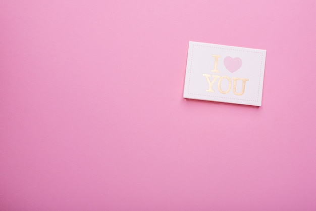 Cartão postal eu te amo em um rosa
