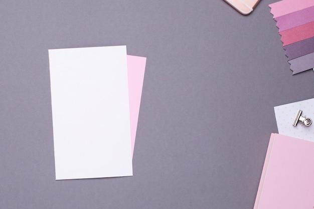 Cartão-presente branco com papel rosa e detalhes em cinza em estilo vintage