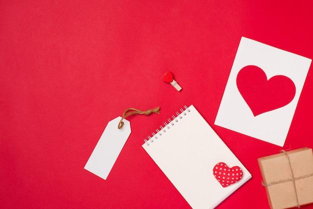 Cartão-presente para o dia dos namorados com carta e coração na cor de fundo
