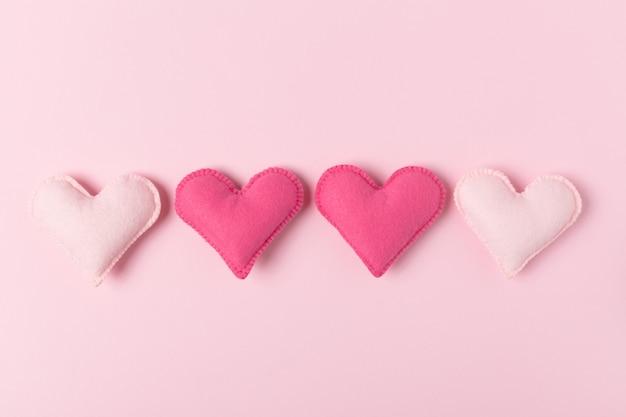 Cartão romântico com brinquedos artesanais e espaço vazio para o texto.