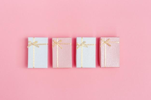 Cartão romântico com caixas de presente fechadas