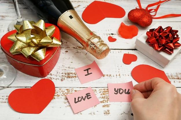 Cartão romântico com garrafa de champanhe e adesivos